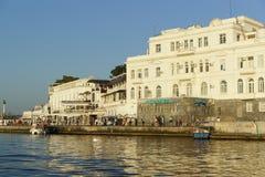 海洋水族馆的大厦在黑海市的江边的 在码头是小船 库存照片