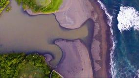 海洋波浪的鸟瞰图在随声附和海滩的近巴厘岛 影视素材