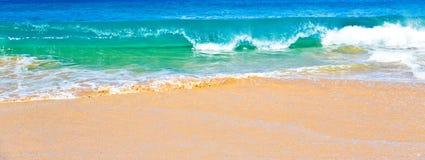 海洋海浪在毛伊夏威夷 免版税库存照片