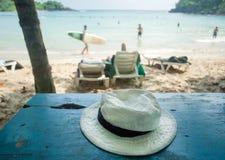海洋海滩和室外咖啡馆与旅游热带风景的帽子与冲浪者和自然盐水湖 库存照片
