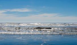 海洋海滩浇灌飞溅在海滨上 库存图片