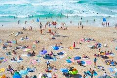 海洋海滩的人们 葡萄牙 免版税图库摄影