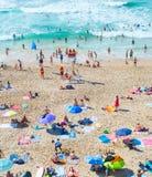 海洋海滩的人们 葡萄牙 免版税库存图片