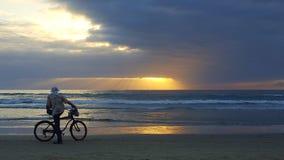 海洋海滩的日落恋人与云彩 库存图片