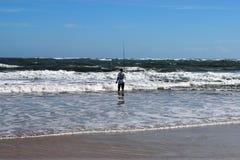 海洋海滩的海浪渔夫 库存照片