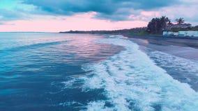 海洋海滩的美好的风景空中英尺长度与大海,令人敬畏的多云日落天空的,起泡沫在巴厘岛4K挥动 影视素材