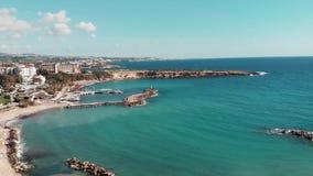 海洋海滩美丽的景色  海用绿松石明白水 美好的岩石海岸线 塞浦路斯海岛鸟瞰图  r 影视素材