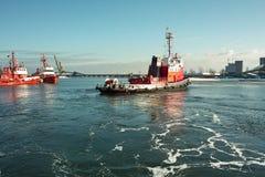 海洋消防队员工作。 免版税库存图片