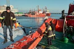 海洋消防队员工作。 库存照片