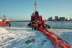 海洋消防队员工作。 免版税图库摄影