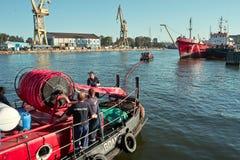 海洋消防队员工作。 库存图片