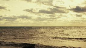 海洋的兴奋有太阳和云彩的 股票视频