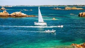 海洋看法有小船的临近Ile deBrehat 库存图片
