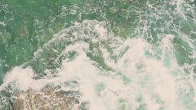 海洋绿松石波浪碰撞反对一个石海滩在一个晴朗的夏日 股票视频