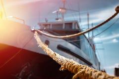 海洋船被停泊对停泊处,特写镜头选择聚焦 免版税库存照片