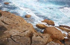 海洋遇见峭壁 库存照片
