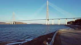 海洋风景有俄国桥梁的看法在天际的 股票录像