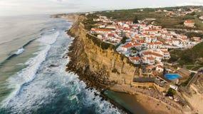 海洋鸟瞰图在Azenhas附近的毁损,葡萄牙海边镇 免版税库存照片