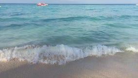 海洋,从岸的海洋,白色沙子,在距离的小船 股票视频