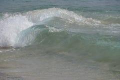 海洋 atlantes 跑在海滩沙子的魔术波浪 免版税库存照片