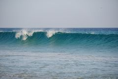 海洋 atlantes 跑在海滩沙子的魔术波浪 库存照片