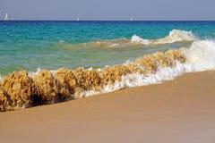 海洋 atlantes 跑在海滩沙子的魔术波浪 库存图片