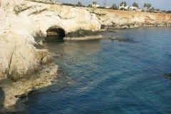 海洞在地中海蓝色盐水湖 免版税库存照片