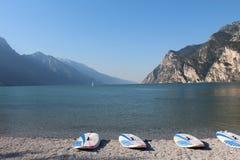 海浪使Lago di加尔达靠岸 库存图片