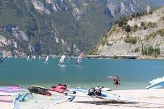 海浪使Lago di加尔达靠岸 免版税库存图片