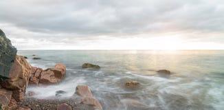 海浪全景在日出-长曝光的 库存图片