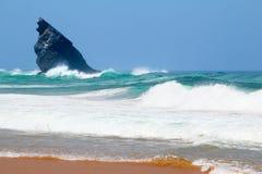 海浪和偏僻的岩石 库存照片