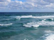 海浪和天际 免版税库存图片