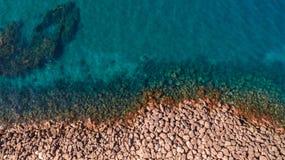 海浪和意想不到的岩石海岸鸟瞰图  免版税库存照片