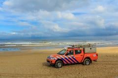 海浪在海滩的救生车 免版税库存照片