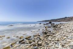 海浪在鲍鱼小海湾海岸线公园的行动迷离在Califor 库存照片