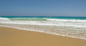 海浪在费埃特文图拉岛 免版税库存照片
