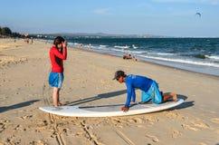 海浪学校在海滩的学生训练 库存照片