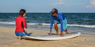 海浪学校在海滩的学生训练 库存图片