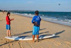 海浪学校在海滩的学生训练 免版税库存图片