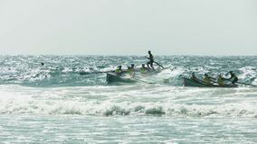 海浪小船高关键由后面照的射击捉住波浪的在阳光海岸的种族期间 股票视频
