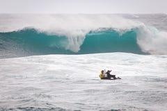海浪巡逻日落海滩夏威夷 免版税库存照片