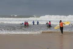海浪教训在葡萄牙 图库摄影