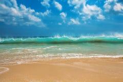 海浪波浪和turqoise水 免版税库存图片