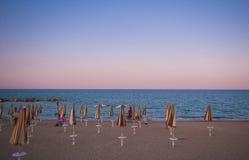 海浪漫看法有伞的在黄昏 免版税库存照片