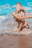 海浪的女孩 图库摄影
