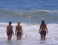 海浪的妇女 图库摄影