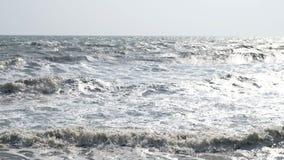 海浪的慢动作与日落的或日出光、放松和旅行概念 充分的HD 慢动作大风雨如磐的海浪b 影视素材