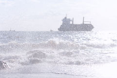 从海浪的波浪喷洒以s为背景 库存图片