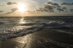 海浪辗压在日出 库存图片