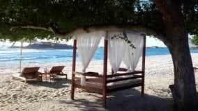 海浪,海滩前 免版税库存图片